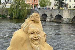 Sochy na náplavce u Kamenného mostu v Písku jsou téměř kompletní.