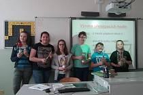 Žáci vyráběli během fyziky funkční přesýpací hodiny.