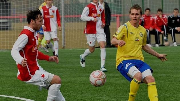 Martin Malý (na snímku vpravo) svým gólem rozhodl o vítězství Písku nad béčkem pražské Slavie v úvodním zápase druhé poloviny České fotbalové ligy.