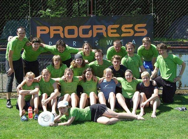 Na snímku jsou hráči a hráčky týmů píseckého PeaceEggu, kteří bojovali na mistrovství ČR v ultimate frisbee v Třebechovicích pod Orebem.