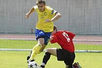 Domácí David Pichlík (u míče) vstřelil první branku svého týmu v sobotním přípravném fotbalovém utkání, ve kterém mužstvo FC Písek B porazilo Nepomuk 3:1.