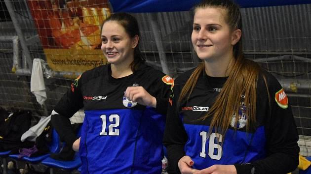 BRANKÁŘKY. V písecké bráně se při zranění Neubergové střídají Lucie Preslová (vpravo) a Regina Kržová.