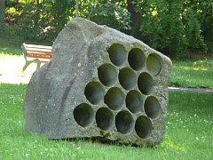 Jedna ze soch v milevském parku Bažatnice.