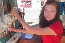 U ZMRZLINY.  Studentka Nicola Růžičková z Podolí I prodává zmrzlinu v Písku.
