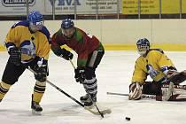 O tomto víkendu pokračuje okresní hokejový přebor - Milevská hokejová liga dalšími zápasy. Náš snímek je z utkání Seals Milevsko - HC Olší. Hostující Bláha (uprostřed) se snaží prosadit proti Šantrůčkovi a brankáři Liškovi.