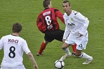 Michal Skopalík (na snímku v bílém s míčem) podává v posledních mistrovských zápasech velmi dobré výkony a je oporou zadních řad třetiligových fotbalistů FC Písek.