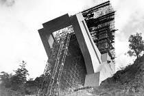 Stavba Žďákovského mostu.