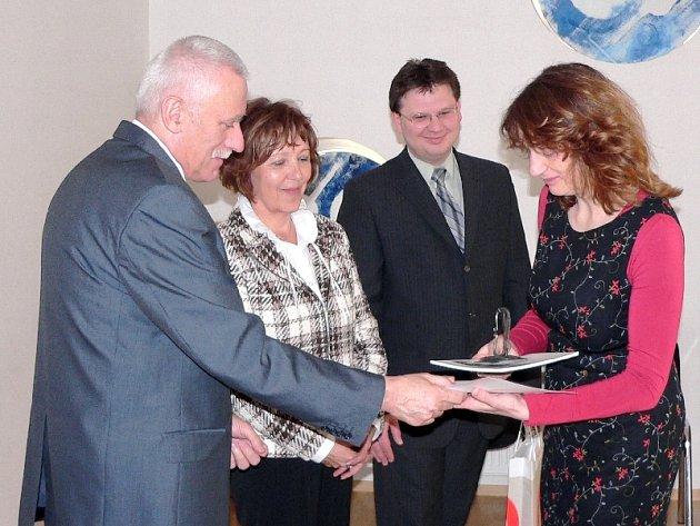 Záběr z předávání ceny pro nejlepšího dobrovolníka Křesadlo, kterou předává jihočeský hejtman Jan Zahradník Magdaleně Myslivcové z Písku.