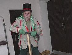 V kostýmu vodníka předváděl Jindřich Kurz štípání loučí při Muzejní noci v Prácheňském muzeu v Písku.
