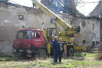 ZÁCHRANA. Obec si najmula na odstranění trámů jeřáb.  O zbytek prací – vytrhání náletových dřevin nebo sekání dřeva se postarali místní obyvatelé.