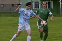 Domácí kapitán Milan Brož (vpravo) atakuje Jana Pavlíka, který svým gólem rozhodl sobotní zápas fotbalové divize: Sokol Čížová – FC Spartak Chrást 0:1.