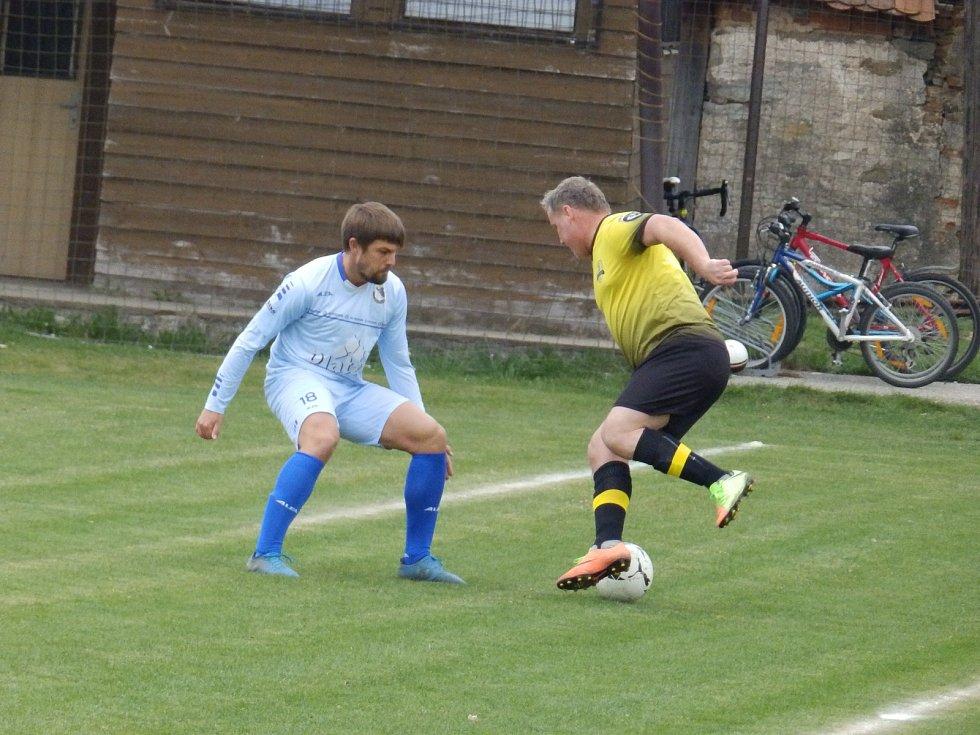 Snímek je z utkání mezi Oslovem a Protivínem B. Domácí útočník Petr Zajíček (vpravo) se snaží obejít protivínského Jaroslava Mikulenku.