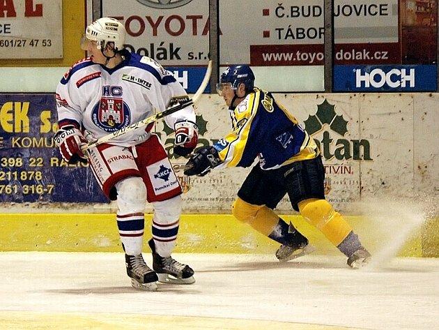 PORAZILI LÍDRA. Domácí Petr Kica (na snímku vpravo v souboji s hráčem soupeřova mužstva) přispěl svým druhým gólem k vítězství mužstva IHC Písek v dalším kole druhé hokejové ligy nad celkem Benátek n/Jizerou v poměru 2:1.