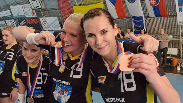 Házenkářka Iveta Luzumová (vpravo) slaví společně s Lucií Vyhnalovou zisk bronzové medaile.