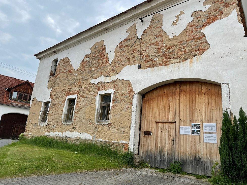 Chátrající objekt v centru Semic. Jeho majitel plánuje přestavbu na školící středisko s penzionem a restaurací.