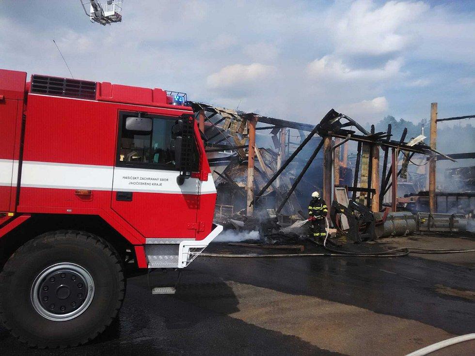 Požár haly v Brlohu.