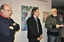 Snímek je z vernisáže výstavy  ve Galerii Cafe Spado (zleva) akademický malíř Dalibor Říhánek, autor vystavených obrazů Jozef Švač a výtvarník Andrej Rády.