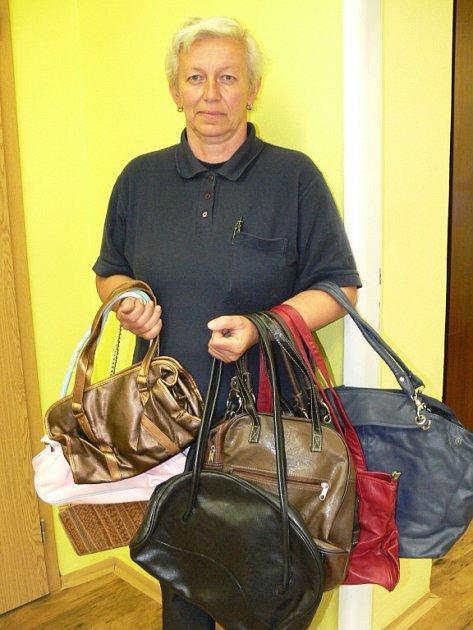 Božena Voříšková z Písku darovala sedmnáct kabelek.