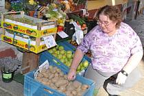 Jolana Rychtářová prodává také brambory v zahrádkářské prodejně v Janáčkově ulici v Písku.