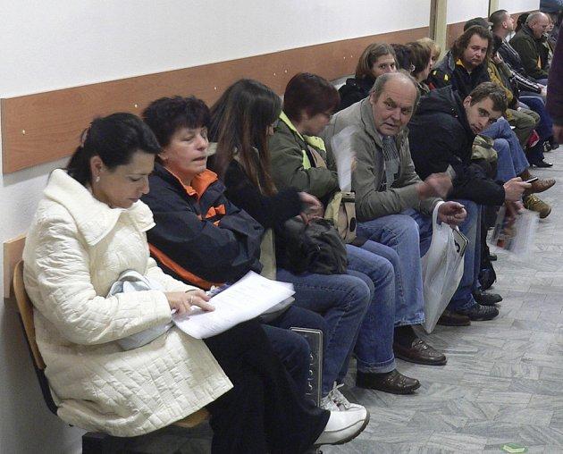Dlouhé fronty na přeregistraci aut stojí v těchto dnech lidé na Městském úřadě v Písku.