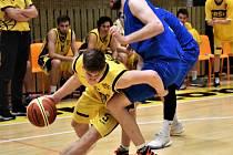 Ze sevření obrany Hanáků se snaží uniknout Luboš Mikolášek (s míčem).  Foto: Jan Škrle