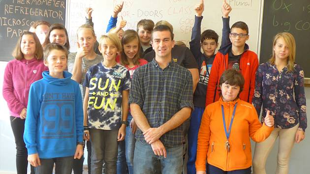 Mirovičtí žáci se učí anglicky s Američanem Benem.