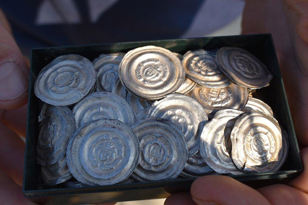 Na poli u Sepekova našli téměř 800 mincí.