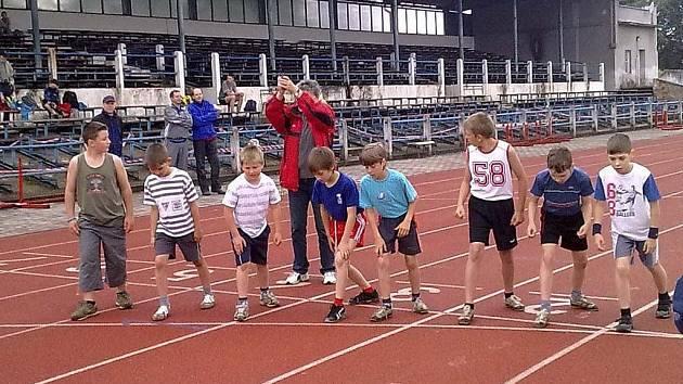 Na snímku je zachycen start mladších žáků II. v běhu na 400 metrů.