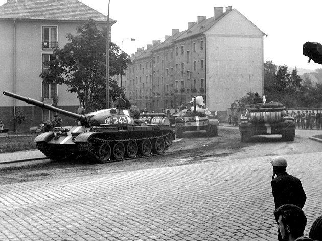 Srpen 1968 v Písku. Na dobovém snímku jsou zachyceny tanky na křižovatce dnešních ulic Dvořákova a Pražská.