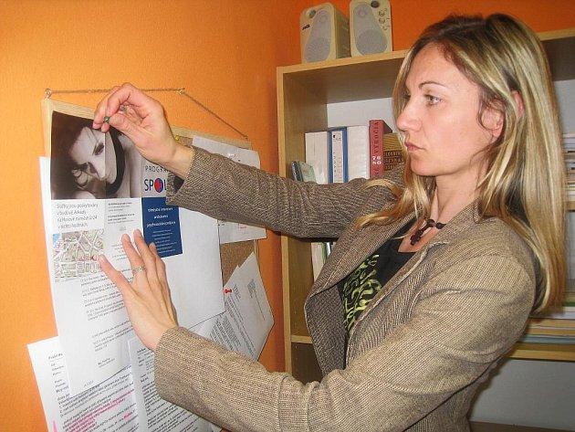 Andrea Veselá Vondrášková připíná na nástěnku propagační materiál k programu Spolu.