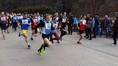 Chyšecký běžec Patrik Bouška s č. 93 ve žlutých trenkách a modrém trikotu.