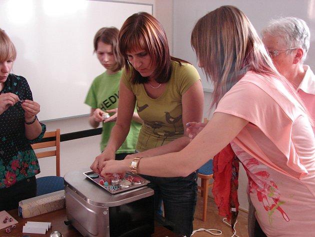Účastníci kurzu vyráběli šperky z fimo hmoty.