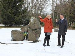 Poslanec Jan Bauer navštívil za doprovodu starostky obce Lety Blanky Hlavínové Kulturní památku Lety, která připomíná romský sběrný tábor za II. světové války.