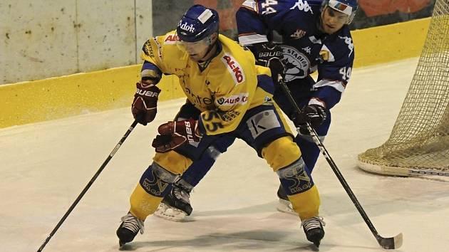 Na snímku z minulého zápasu první hokejové ligy Písek – Litoměřice (2:3 po prodloužení) atakuje hostující Husák (v tmavém) domácího útočníka Kubeše. Ve středečním zápase prohráli Písečtí na ledě v Šumperku 1:4.