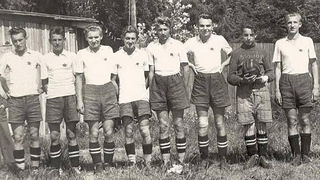 Na snímku je část dorosteneckého týmu S. K. Slavoj Písek, který se v roce 1946 stal mistrem Jihočeské fotbalové župy. Emil Svoboda je první zprava.