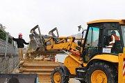 Sochaři Jiří Kašpar a Josef Faltus začínají pracovat na obřích pískových sochách na náplavce řeky Otavy v Písku.