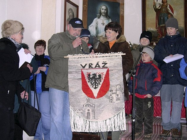 Ivana Smolová (vpravo) předala místostarostovi Vladimíru Huptychovi gobelín se znakem Vráže a vrážskými motivy.