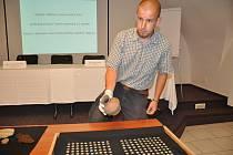 Archeolog Prácheňského muzea v Písku Tomáš Hiltscher s nálezem mincí.