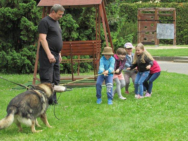 Děti vČimelicích navštívili policejní psovodi.