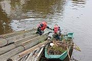 Hasiči čistili ledolamy u Kamenného mostu.