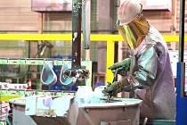 Pro uchazeče o práci uspořádala firma Aisin Písek prohlídku prostor svého výrobního závodu.