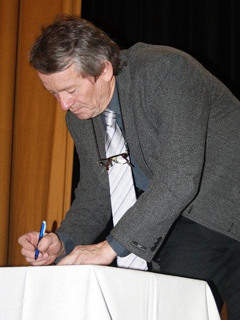 SLIB ZASTUPITELE podepsal na sobotním ustavujícím zasedání i Pavel Slivka starší.