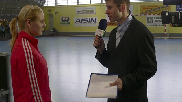 Michaela Borovská (na snímku v televizním rozhovoru po interligovém utkání žen Písek - J. Hradec) byla s deseti brankami nejlepší střelkyní týmu starších dorostenek Písku v utkání s Plzní.