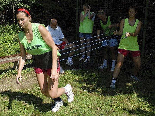 O tom, co posilovací lana dokáží a že to s nimi není vůbec lehké, se přesvědčila jedna z nejlepších střelkyň píseckého družstva Iveta Luzumová (vlevo), které asistuje brankářka Lenka Vařečková.