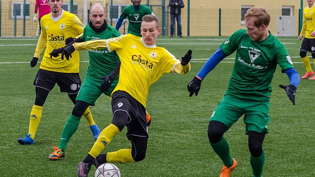 Písecký Tomáš Froněk (ve žlutém) v souboji o míč