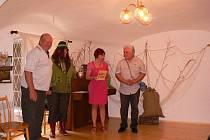 Snímek je z netolického muzea Otakara  Kudrny, kde Jaroslava Pixová (druhá zprava) představila svou novou knihu nazvanou Mlýny na Zlatém potoce.