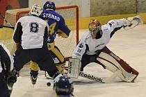 Snímkem se vracíme k zápasu první hokejové ligy Písek – Beroun, domácí Strnad z této šance brankáře Furcha nepřekonal. Ve středu prohráli hokejisté IHC s Litoměřicemi 3:4 po samostatných nájezdech.