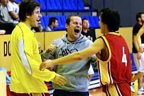 RADOST. Trenér basketbalových Sršňů Písek Milan Matějka (uprostřed) se raduje se svými svěřenci.  Pokud Sršni po víkendu postoupí do play off, budou moci společně rovněž oslavovat.