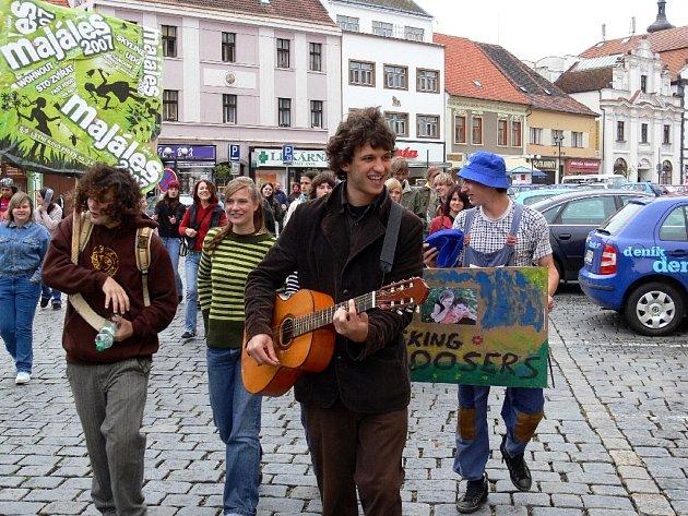 Průvod při Píseckém majálesu 2007 - Jakub Kajtman s kytarou.