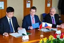 RÁMCOVOU SMLOUVU o spolupráci podepisují (zprava) Miloslav Mácha, Tomáš Dunovský a Ma Xiaolong.